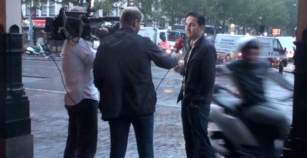 Scootertuig steelt iPhone 6 tijdens tv interview